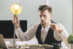 Τρελλός επιχειρηματίας που ρωτά κάποιο Στοκ Φωτογραφία