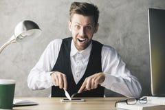 Τρελλός επιχειρηματίας που τρώει το τηλέφωνο Στοκ Φωτογραφία
