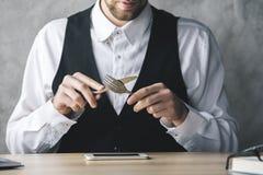 Τρελλός επιχειρηματίας που τρώει το smartphone Στοκ Φωτογραφία