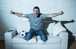 Τρελλός οπαδός ποδοσφαίρου που προσέχει τον αγώνα ποδοσφαίρου TV μόνο τον ευτυχή στόχο εορτασμού Στοκ φωτογραφία με δικαίωμα ελεύθερης χρήσης