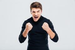 Τρελλός τρελλός νεαρός άνδρας που απειλεί με τις πυγμές και να φωνάξει Στοκ φωτογραφίες με δικαίωμα ελεύθερης χρήσης