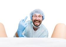 Τρελλός gynecologist εξετάζει έναν ασθενή οι τρελλές διαφορετικές συγκινήσεις έκφρασης γιατρών και κάνουν διαφορετικό hand& x27 σ Στοκ Φωτογραφία
