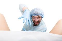 Τρελλός gynecologist εξετάζει έναν ασθενή οι τρελλές διαφορετικές συγκινήσεις έκφρασης γιατρών και κάνουν διαφορετικό hand& x27 σ Στοκ Εικόνες