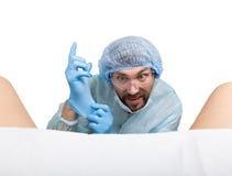 Τρελλός gynecologist εξετάζει έναν ασθενή οι τρελλές διαφορετικές συγκινήσεις έκφρασης γιατρών και κάνουν διαφορετικό hand& x27 σ Στοκ Εικόνα