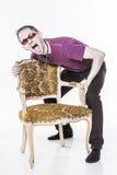 Τρελλό άτομο με την καρέκλα στοκ εικόνα
