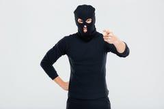 Τρελλό ενοχλημένο άτομο balaclava που στέκεται και που δείχνει σε σας Στοκ εικόνες με δικαίωμα ελεύθερης χρήσης