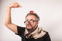 Τρελλό να φανεί γκρινιάρης ηληκιωμένος με τα γκρίζα μεγάλα γυαλιά γενειάδων nerd Στοκ Εικόνες