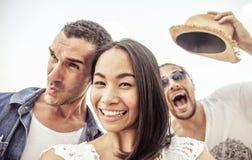 Τρελλό selfie με τα αστεία πρόσωπα Στοκ φωτογραφία με δικαίωμα ελεύθερης χρήσης