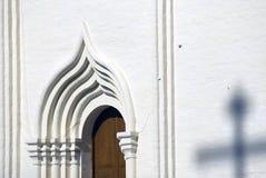 Τριάδα Sergius Lavra στη Ρωσία Διαγώνια σκιά στον άσπρο τοίχο Στοκ εικόνες με δικαίωμα ελεύθερης χρήσης