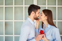 τριαντάφυλλα δαχτυλιδιών προτάσεων γάμου δέσμευσης διαμαντιών ανθοδεσμών Στοκ εικόνα με δικαίωμα ελεύθερης χρήσης