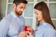 τριαντάφυλλα δαχτυλιδιών προτάσεων γάμου δέσμευσης διαμαντιών ανθοδεσμών Στοκ φωτογραφίες με δικαίωμα ελεύθερης χρήσης