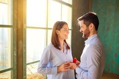 τριαντάφυλλα δαχτυλιδιών προτάσεων γάμου δέσμευσης διαμαντιών ανθοδεσμών Στοκ Εικόνες