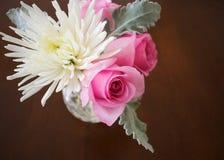 Τριαντάφυλλα και άσπρο χρυσάνθεμο στο βάζο στοκ φωτογραφία με δικαίωμα ελεύθερης χρήσης