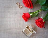Τριαντάφυλλα και γαμήλια δαχτυλίδια flatlay στοκ εικόνα με δικαίωμα ελεύθερης χρήσης