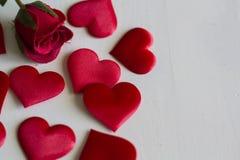 Τριαντάφυλλα και καρδιές στο άσπρο ξύλινο υπόβαθρο στοκ εικόνα με δικαίωμα ελεύθερης χρήσης