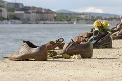 Τριαντάφυλλα στα παπούτσια στο Δούναβη Βουδαπέστη Ουγγαρία στοκ εικόνα