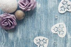 Τριαντάφυλλα Χριστουγέννων στο ξύλινο μπλε υπόβαθρο Στοκ Εικόνες