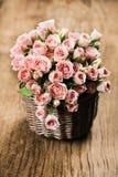 Τριαντάφυλλα ψεκασμού στο καλάθι στοκ φωτογραφίες