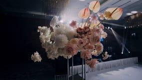 Τριαντάφυλλα, asters και anthurium στο γαμήλιο ντεκόρ Τοπ δικαίωμα στο αριστερός-κατώτατο σημείο απόθεμα βίντεο
