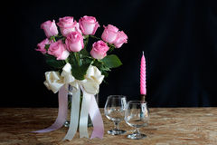 Τριαντάφυλλα βάζων για την ημέρα βαλεντίνων, ακόμα τρόπος ζωής Στοκ Εικόνες