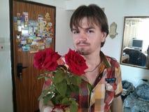 Τριαντάφυλλα για τη γυναίκα με την αγάπη στοκ φωτογραφία με δικαίωμα ελεύθερης χρήσης
