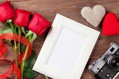 Τριαντάφυλλα ημέρας βαλεντίνων, πλαίσιο φωτογραφιών και κάμερα Στοκ φωτογραφία με δικαίωμα ελεύθερης χρήσης