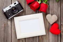 Τριαντάφυλλα ημέρας βαλεντίνων, πλαίσιο φωτογραφιών και καρδιές Στοκ Εικόνα