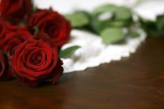 Τριαντάφυλλα και δαντέλλα στην επιτραπέζια ακόμα ζωή 4 Στοκ εικόνες με δικαίωμα ελεύθερης χρήσης