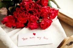 Τριαντάφυλλα και κάρτα για την ημέρα του βαλεντίνου στοκ φωτογραφία με δικαίωμα ελεύθερης χρήσης
