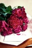 Τριαντάφυλλα και κάρτα για την ημέρα του βαλεντίνου στοκ εικόνες με δικαίωμα ελεύθερης χρήσης