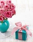 Τριαντάφυλλα και κιβώτιο δώρων Στοκ εικόνες με δικαίωμα ελεύθερης χρήσης