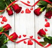 Τριαντάφυλλα και κόκκινες καρδιές Στοκ εικόνες με δικαίωμα ελεύθερης χρήσης