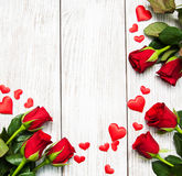 Τριαντάφυλλα και κόκκινες καρδιές στοκ εικόνες