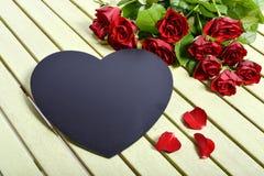 Τριαντάφυλλα και μαύρη καρδιά Στοκ φωτογραφία με δικαίωμα ελεύθερης χρήσης