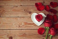 Τριαντάφυλλα και πέταλα λουλουδιών στο ξύλινο υπόβαθρο με το διάστημα αντιγράφων celabrating ευτυχείς φιλώντας s ζευγών έννοιας ν Στοκ Εικόνα