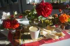 Τριαντάφυλλα και koffee πρωινού Στοκ εικόνα με δικαίωμα ελεύθερης χρήσης