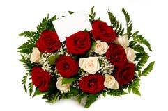 Τριαντάφυλλα με την κάρτα δώρων στοκ φωτογραφίες