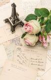 Τριαντάφυλλα, παλαιά γαλλικά κάρτες και αναμνηστικό Στοκ φωτογραφίες με δικαίωμα ελεύθερης χρήσης