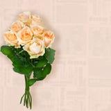 Τριαντάφυλλα σε ένα εκλεκτής ποιότητας υπόβαθρο στοκ εικόνες