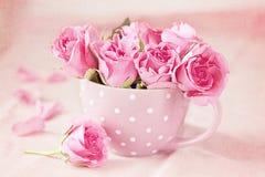 Τριαντάφυλλα σε ένα φλυτζάνι Στοκ Φωτογραφίες