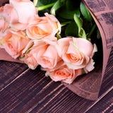 Τριαντάφυλλα στην ξύλινη ανασκόπηση στοκ φωτογραφίες