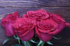 Τριαντάφυλλα στον παλαιό αγροτικό ξύλινο πίνακα Στοκ Εικόνες