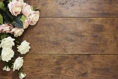 Τριαντάφυλλα στο αγροτικό ξύλινο υπόβαθρο Στοκ εικόνα με δικαίωμα ελεύθερης χρήσης