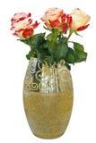Τριαντάφυλλα στο χρυσό βάζο Στοκ Εικόνα
