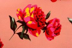 Τριαντάφυλλα σύστασης σε ένα ρόδινο υπόβαθρο Στοκ Φωτογραφίες