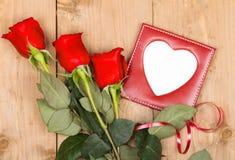 Τριαντάφυλλα δώρων με το κενό διάστημα Στοκ φωτογραφία με δικαίωμα ελεύθερης χρήσης