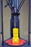 Τριαξωνικός τρισδιάστατος εκτυπωτής και κίτρινο πρότυπο σε το Στοκ εικόνα με δικαίωμα ελεύθερης χρήσης