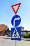 Τριγωνικά, στρογγυλά και τετραγωνικά σημάδια κυκλοφορίας Στοκ Φωτογραφίες