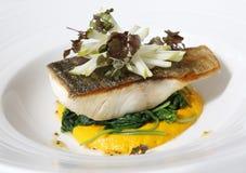 Τριζάτα ψάρια Barramundi δερμάτων με το σπανάκι Στοκ εικόνα με δικαίωμα ελεύθερης χρήσης