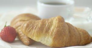 Τριζάτα croissants στην κινηματογράφηση σε πρώτο πλάνο απόθεμα βίντεο